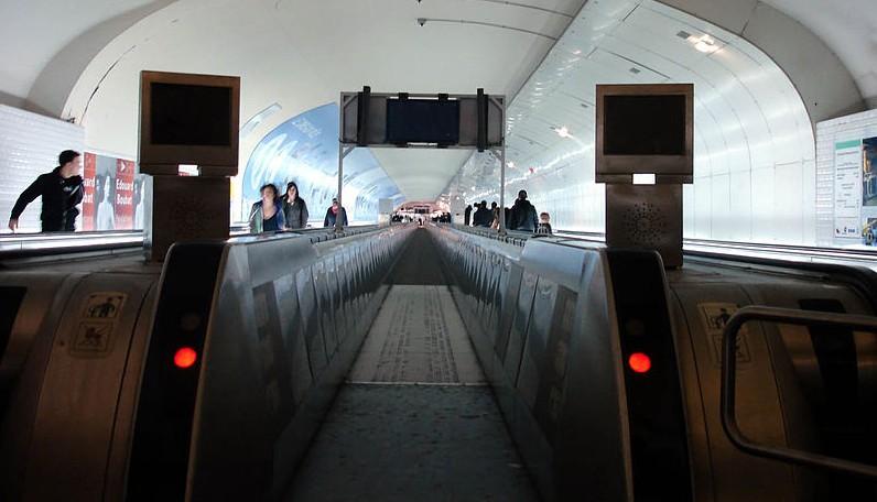 799px-Metro_Paris_-_station_Montparnasse_-_Tapis_roulant_Gateway_01