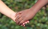 Le racisme officiellement éradiqué en France grâce à des badges et des pétitions