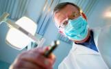 Battu par ses camarades, il décide de se venger en devenant dentiste dans leur ville