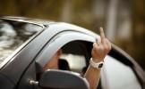 Il sort un doigt d'honneur pour défendre sa place de parking
