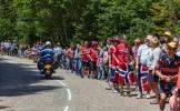 Tour de France : des supporteurs qui tentaient de passer à la télé gênés par des cyclistes imprudent...