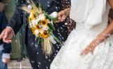 Un militant d'Action Contre La Faim ramasse grain par grain le riz jeté à la sortie d'un mariage