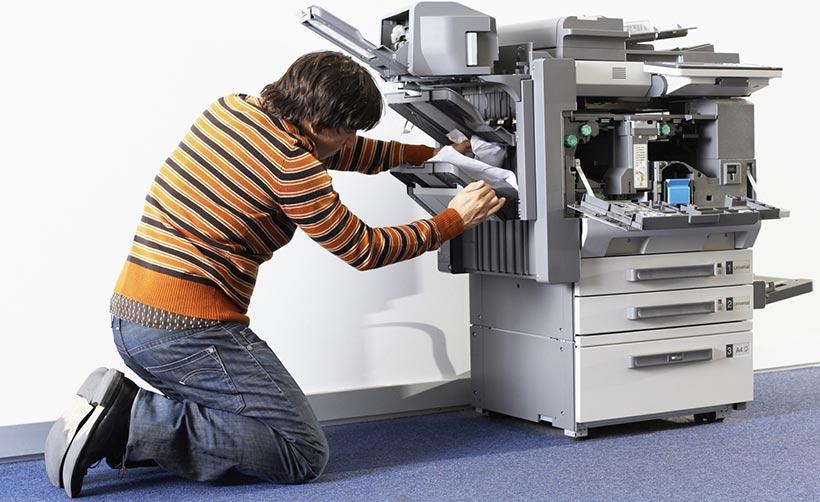 l int rimaire en charge de la photocopieuse pr t mourir pour r soudre ce bourrage papier. Black Bedroom Furniture Sets. Home Design Ideas