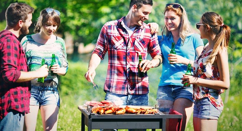 son barbecue entre amis dans le jardin b tement annul parce qu il n a ni jardin ni barbecue ni. Black Bedroom Furniture Sets. Home Design Ideas