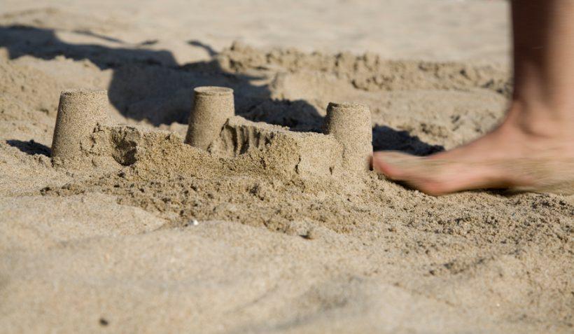 plage nicolas sarkozy assure qu 39 il n 39 a pas fait expr s d 39 craser le ch teau de sable de. Black Bedroom Furniture Sets. Home Design Ideas