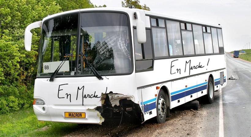 Des blessés après que le conducteur du bus de la campagne d'Emmanuel Macron a confondu sa droite avec sa gauche - Le Gorafi