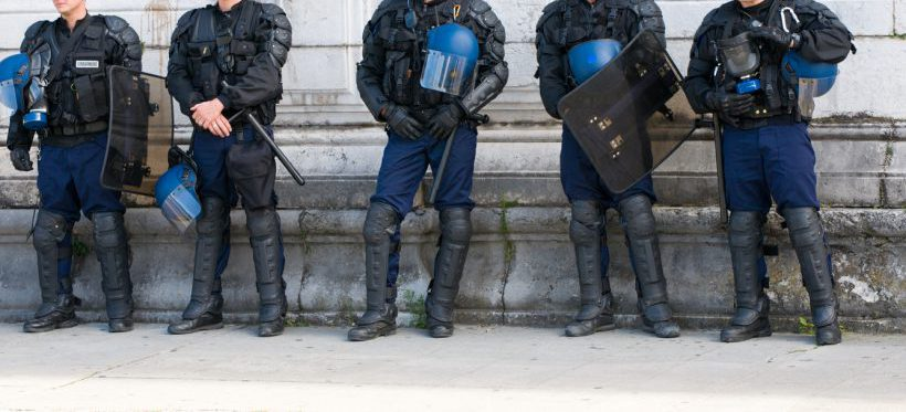 Affaire Benalla – Les policiers inquiets que cela jette le discrédit sur  les policiers qui frappent vraiment les manifestants baaed6c9dc82